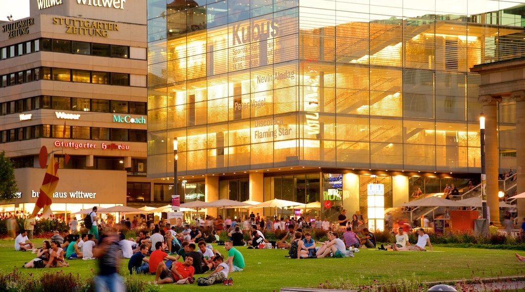 슈투트가르트 을 보여주는 공원 과 현대적 건축 뿐만 아니라 대규모 사람들