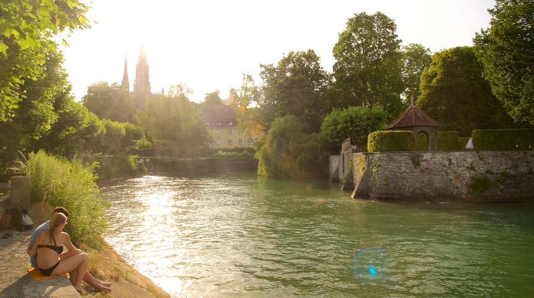 Port de Constance montrant rivière ou ruisseau et petite ville ou village aussi bien que couple