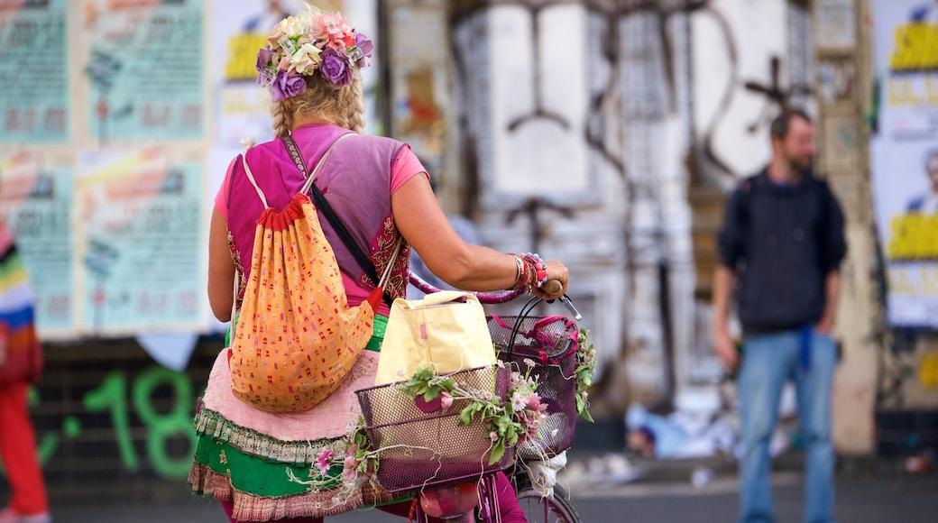 Kreuzberg ofreciendo arte al aire libre y también una mujer