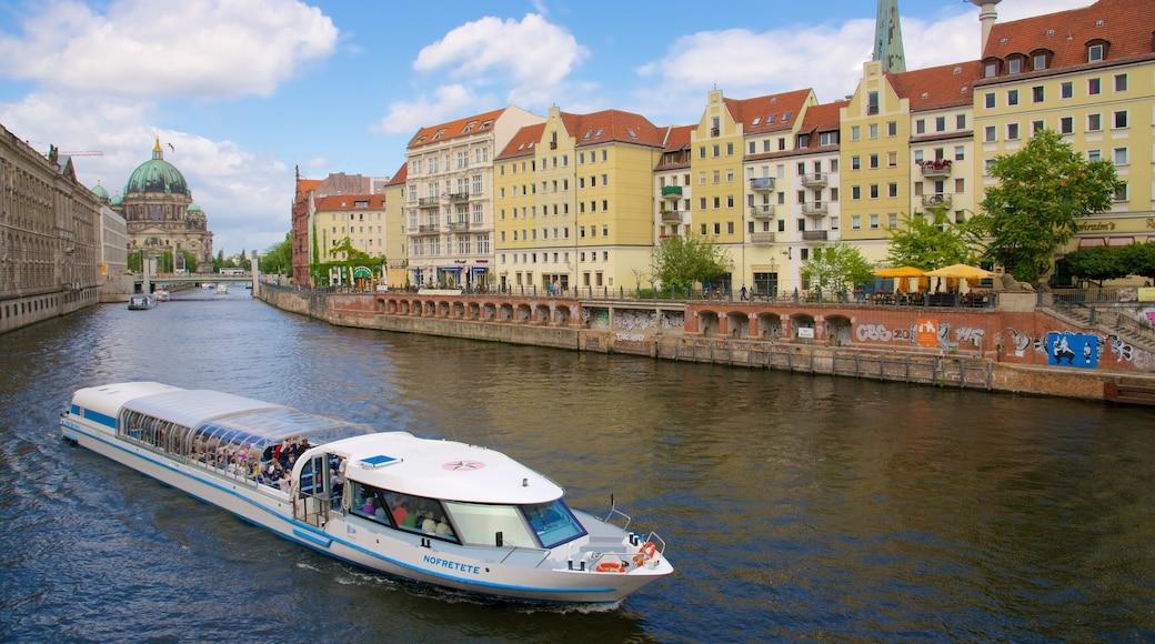 Stadscentrum inclusief een klein stadje of dorpje, een rivier of beek en een veerboot