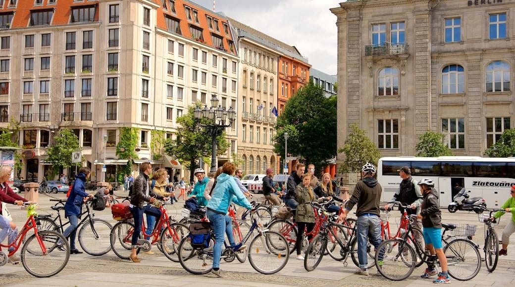 Mitte qui includes ville et vélo aussi bien que important groupe de personnes