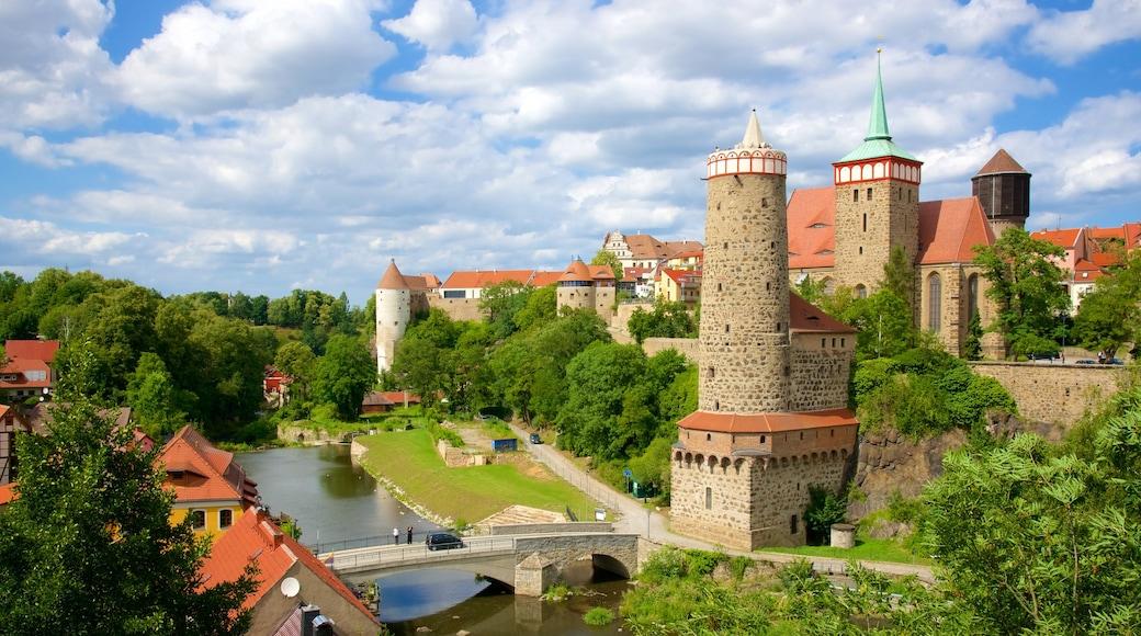 Bautzen som omfatter et slot og en lille by eller en landsby