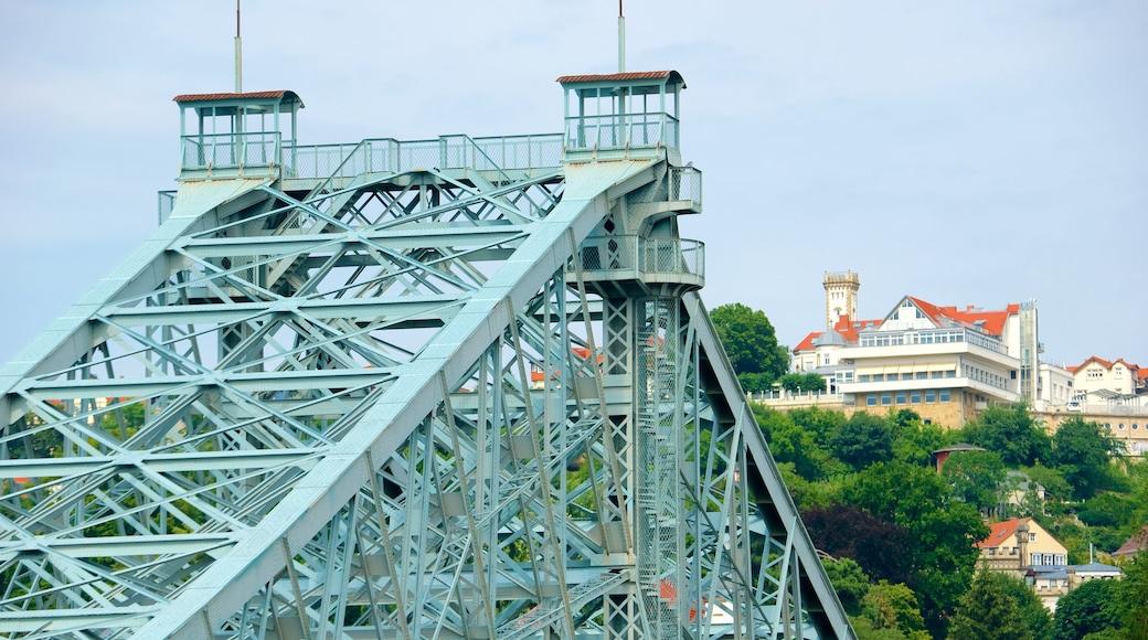 Blaues Wunder welches beinhaltet Brücke und Skyline