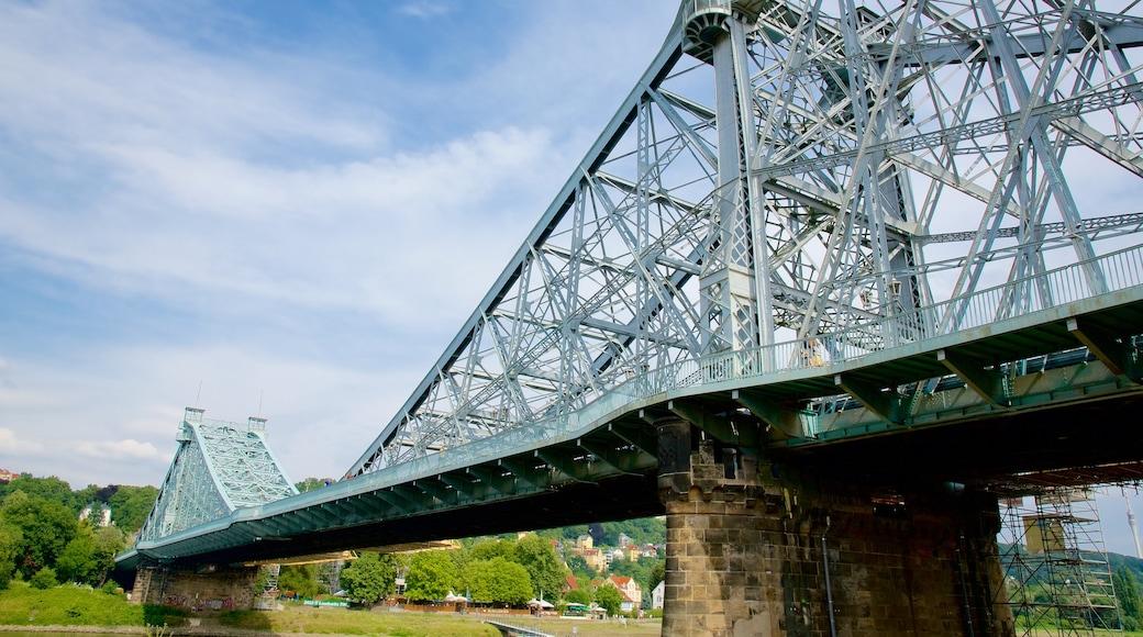 Blaues Wunder mit einem Brücke