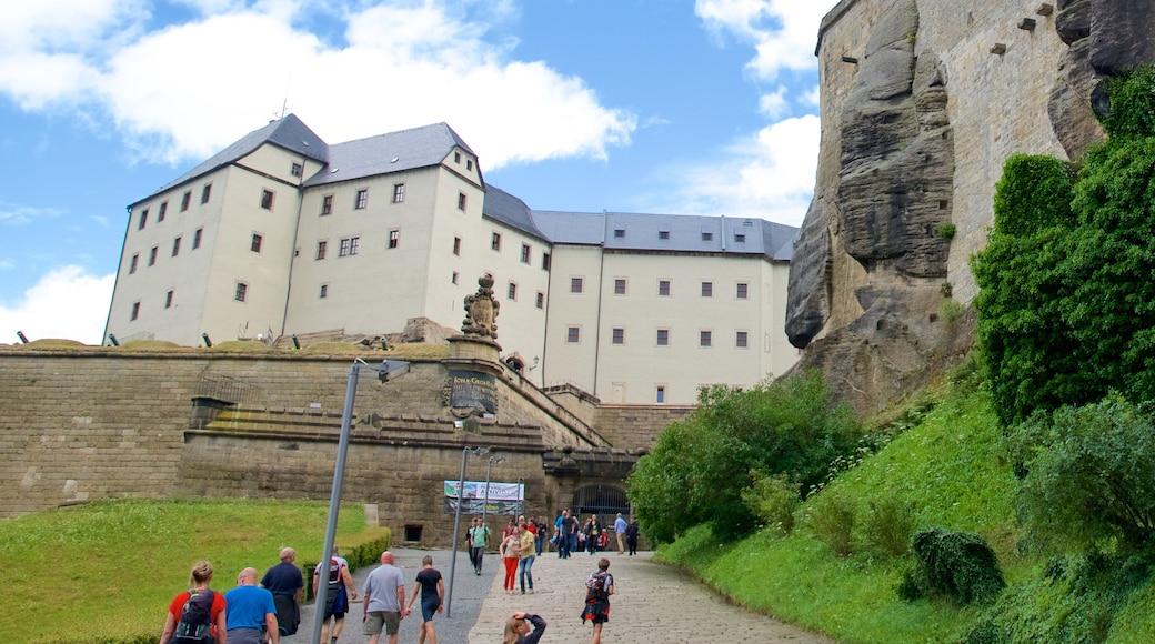 Festung Königstein mit einem Burg sowie große Menschengruppe