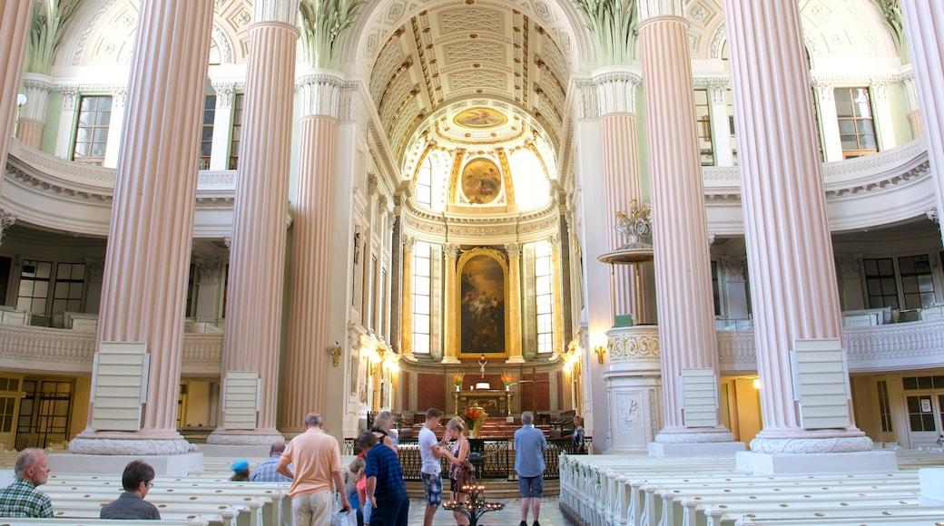 Skt. Nikolais Kirke som viser interiør og en kirke eller en katedral