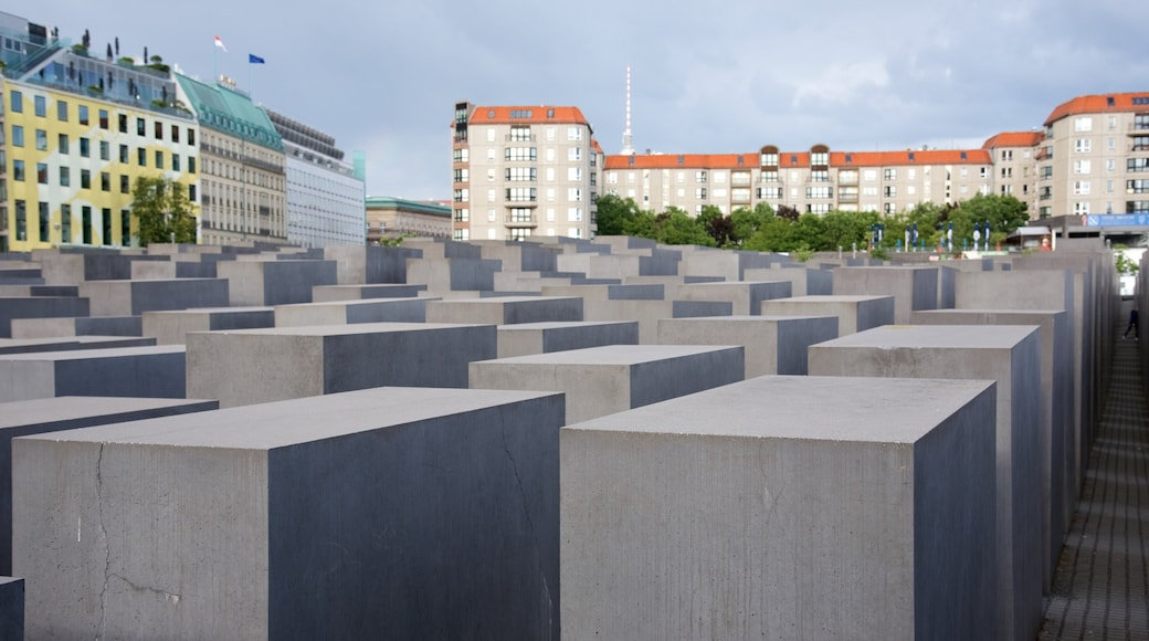 Mitte showing a monument