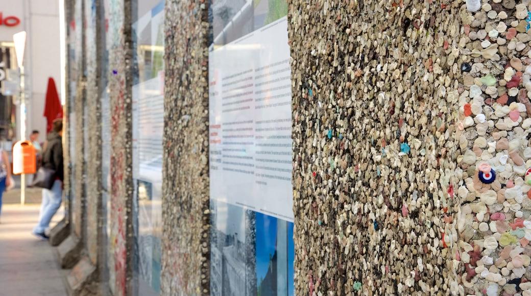 Stadscentrum bevat kunst in de open lucht en straten