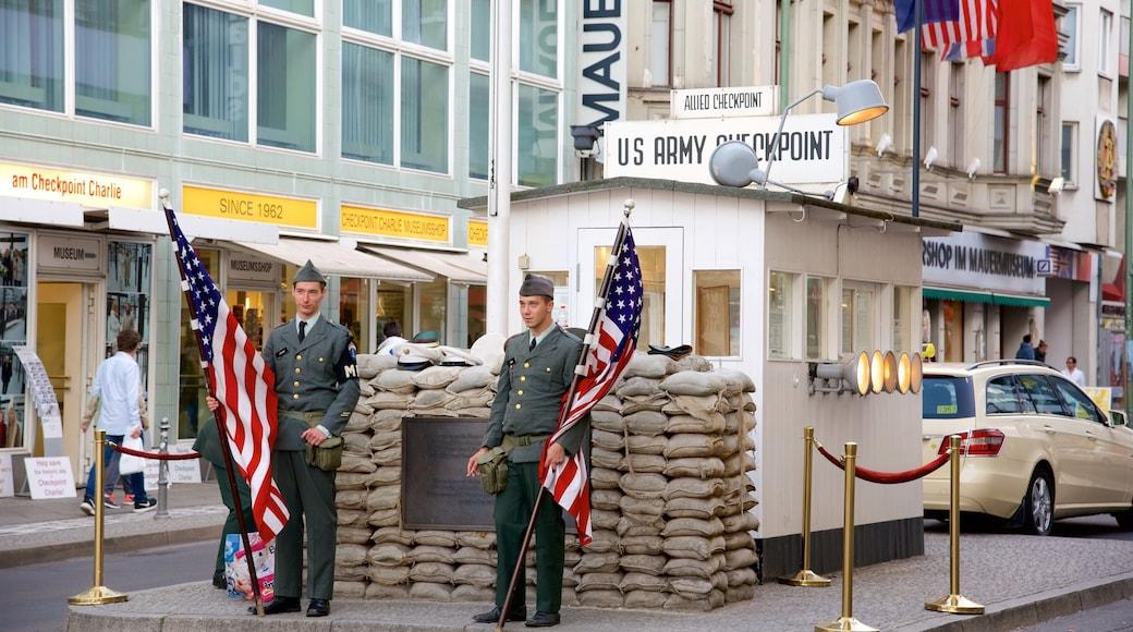 Mitte das einen Militärisches, Verwaltungsgebäude und Straßenszenen