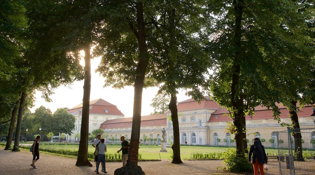 Charlottenburg ofreciendo jardín y también un pequeño grupo de personas