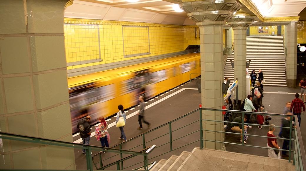 Kreuzberg mostrando vista interna y también un gran grupo de personas