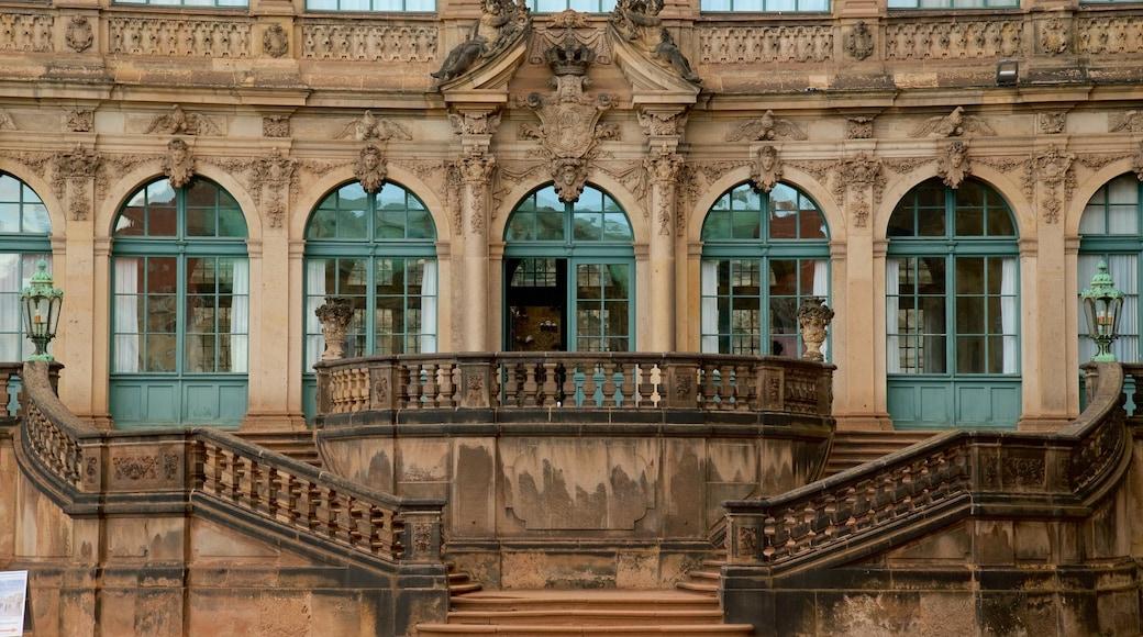 Zwinger mit einem Palast oder Schloss