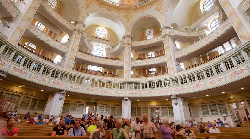 聖母教堂 设有 內部景觀 和 教堂或大教堂 以及 一大群人