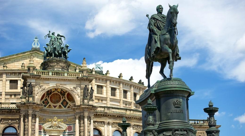 Semperoper mit einem Statue oder Skulptur und Geschichtliches