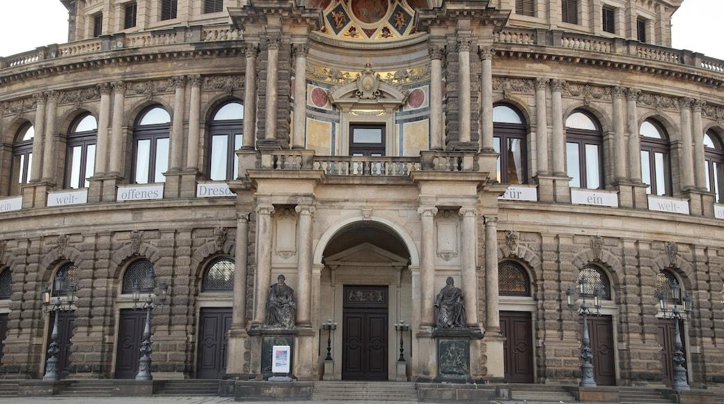 Semperoper welches beinhaltet Straßenszenen und Geschichtliches
