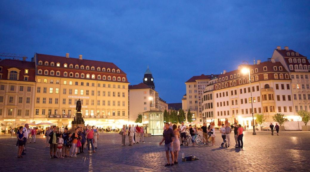 Neumarkt das einen bei Nacht und Platz oder Plaza sowie große Menschengruppe