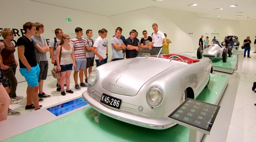 Museo de Porsche ofreciendo vistas de interior y también un grupo grande de personas