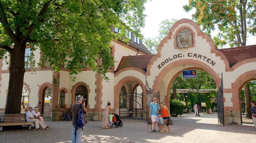 Zoo Leipzig mit einem Zootiere und Straßenszenen sowie kleine Menschengruppe