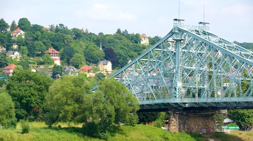 Blaues Wunder das einen Brücke