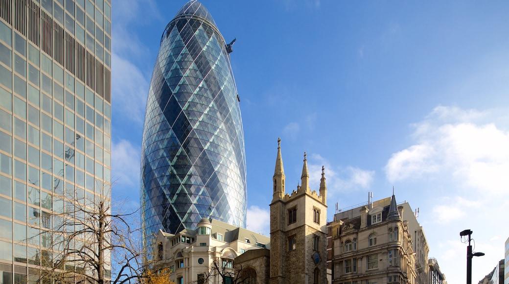 The Gherkin mit einem historische Architektur, Hochhaus und moderne Architektur