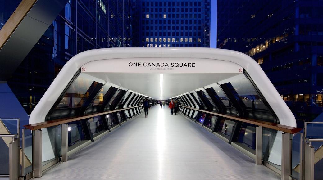 One Canada Square que inclui uma cidade e cenas noturnas