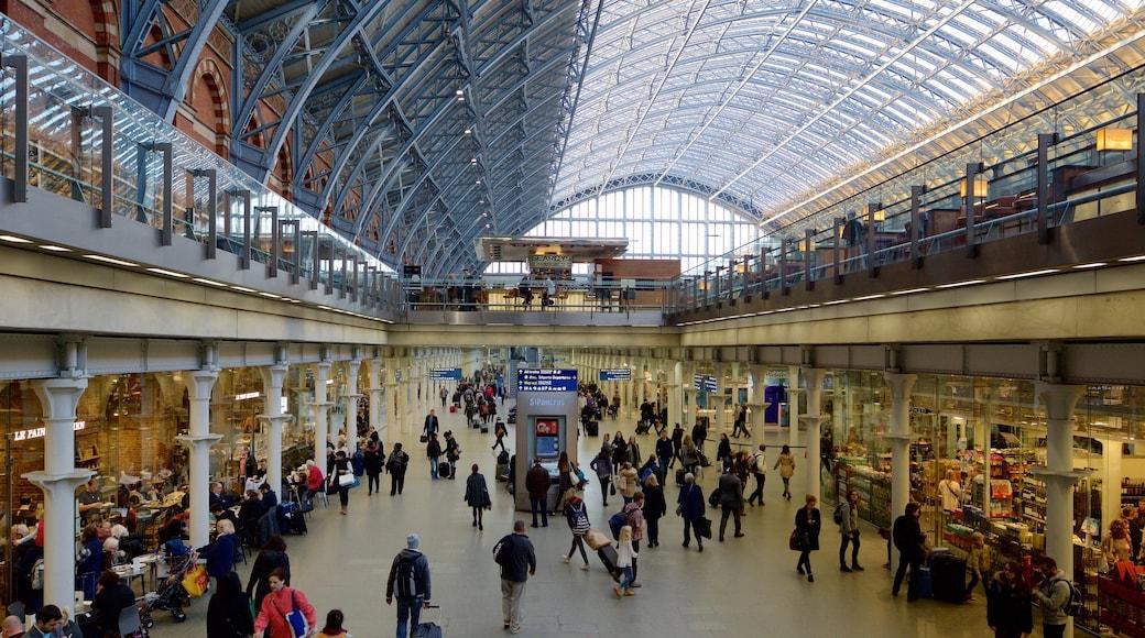 St. Pancras inclusief historische architectuur en interieur en ook een grote groep mensen