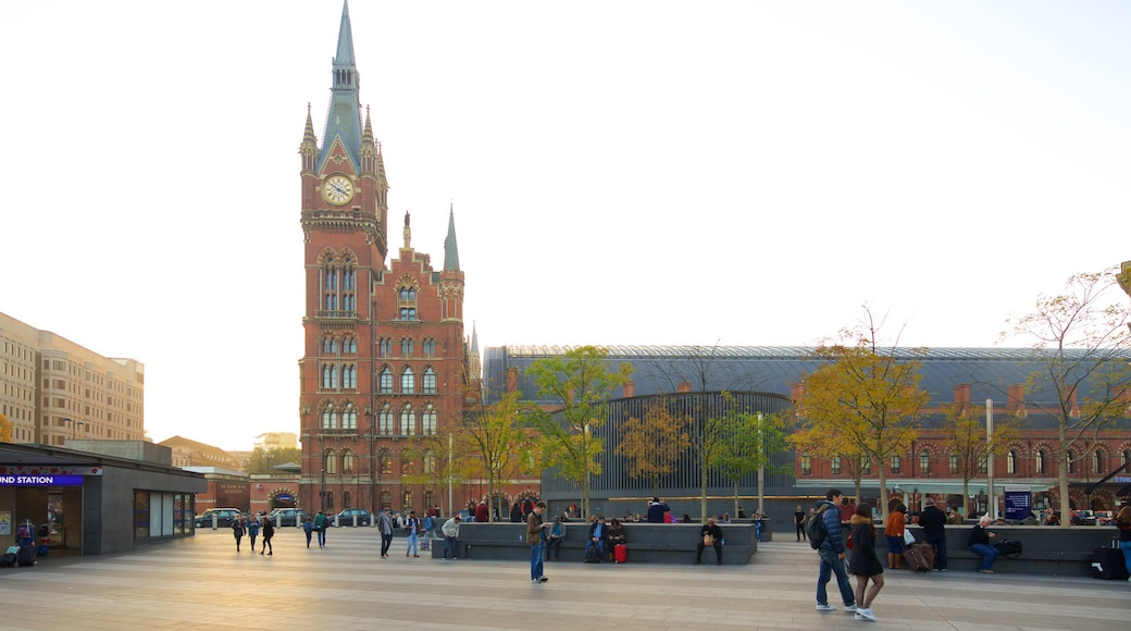 St. Pancras toont een plein, historische architectuur en herfstbladeren