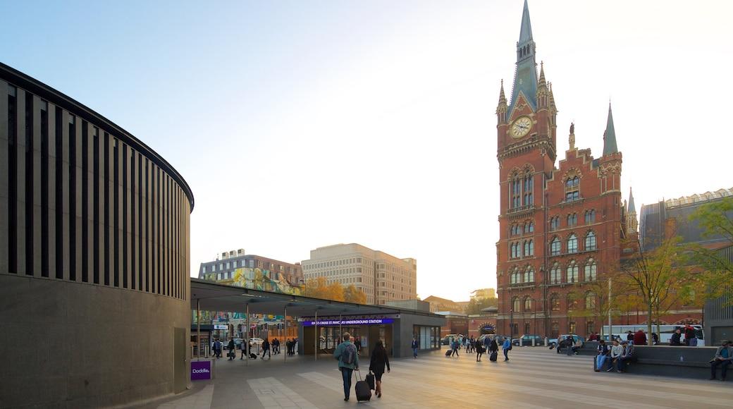 St. Pancras inclusief historische architectuur, herfstbladeren en een plein
