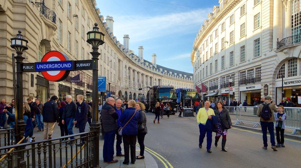 Regent Street que inclui sinalização, arquitetura de patrimônio e cenas de rua