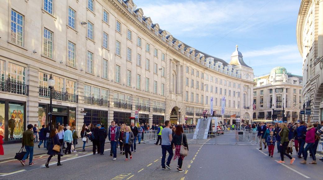 Regent Street caracterizando cenas de rua e arquitetura de patrimônio assim como um grande grupo de pessoas