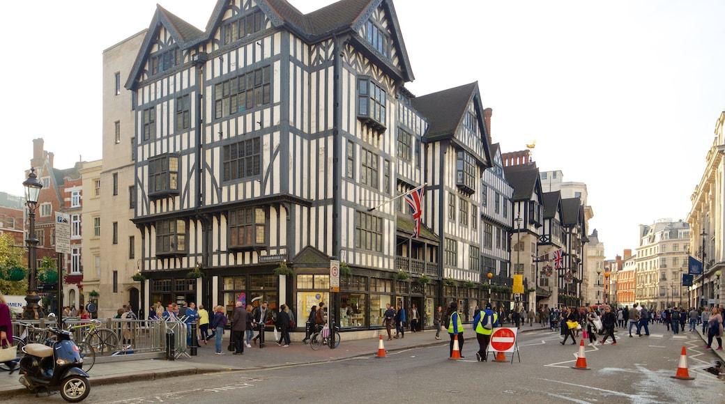 Regent Street mostrando cenas de rua e arquitetura de patrimônio assim como um grande grupo de pessoas