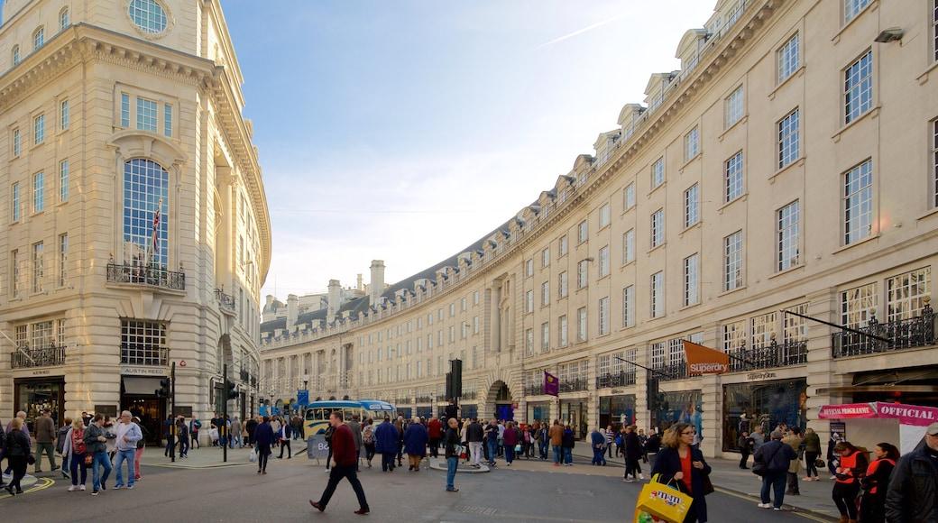 Regent Street que inclui cenas de rua e arquitetura de patrimônio assim como um grande grupo de pessoas