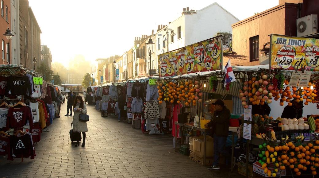 Camden Markets caracterizando mercados e compras assim como uma mulher sozinha
