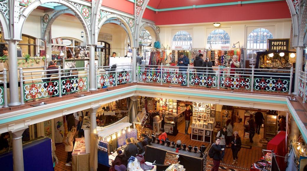 Camden Markets som inkluderar historisk arkitektur, marknader och interiörer
