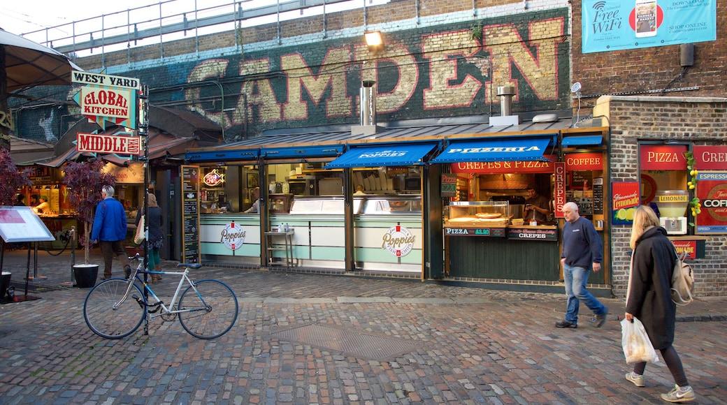 Camden Markets que inclui mercados e sinalização assim como um pequeno grupo de pessoas