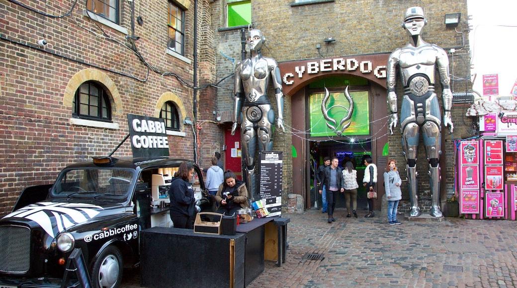 Camden Markets mostrando sinalização, mercados e uma estátua ou escultura