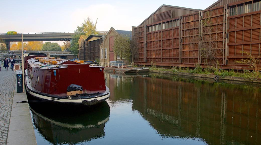 Paddington inclusief varen, een rivier of beek en een brug