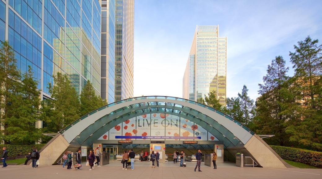 Canary Wharf som inkluderar en stad och ett höghus såväl som en liten grupp av människor