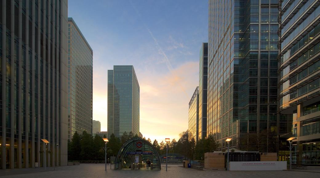Canary Wharf mostrando un edificio alto, una ciudad y un atardecer