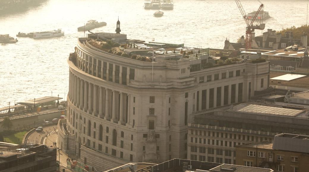The City of London inclusief historische architectuur en een rivier of beek