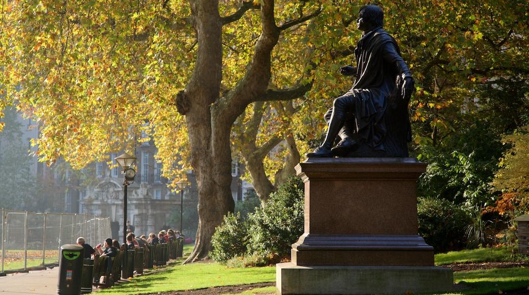 Tuinen van Victoria Embankment inclusief een tuin en een standbeeld of beeldhouwwerk