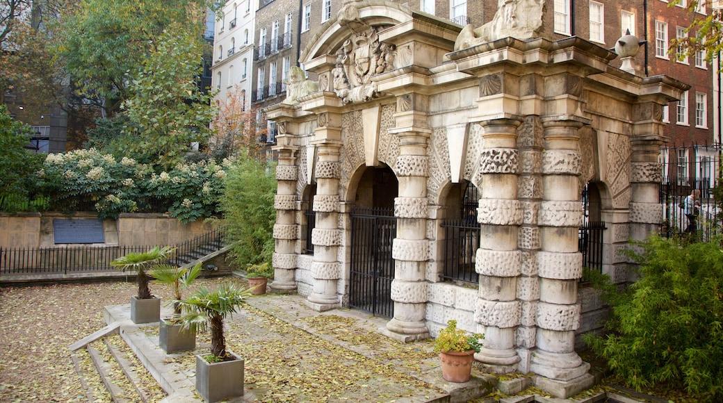 Tuinen van Victoria Embankment toont historisch erfgoed en een park