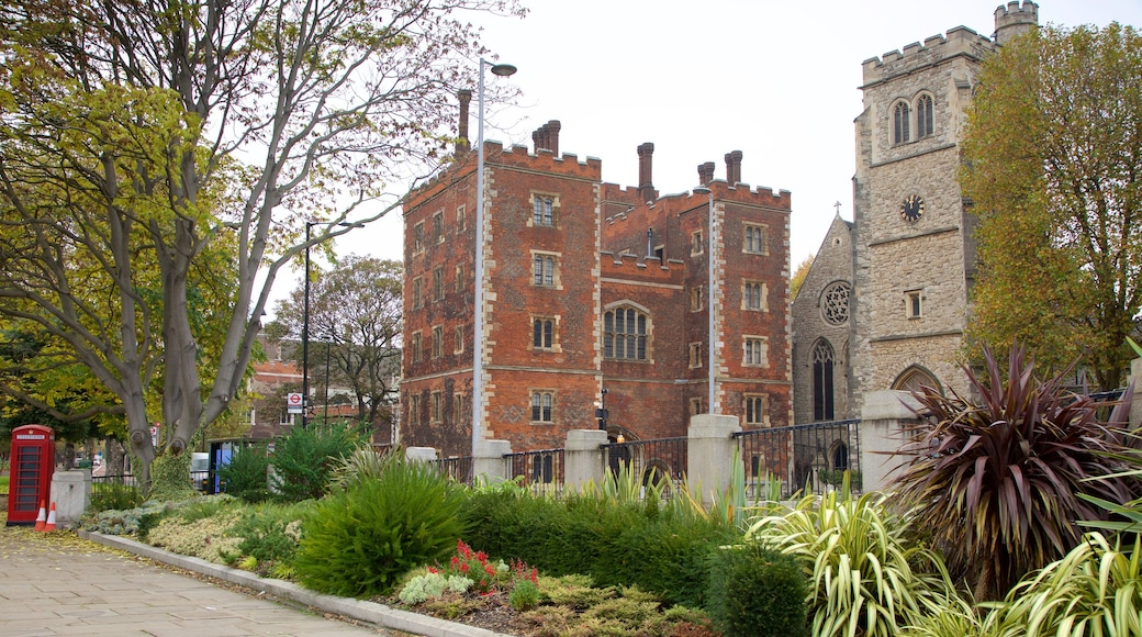 Lambeth Palace som viser palass, historisk arkitektur og park