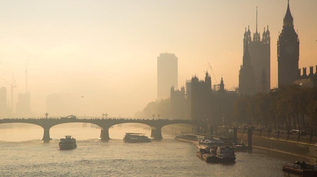 Houses of Parliament caracterizando neblina, uma marina e um pôr do sol