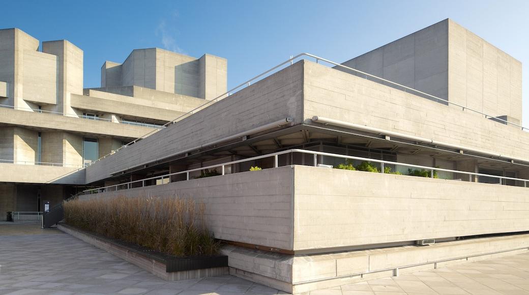 Royal National Theatre caracterizando arquitetura moderna e cenas de teatro