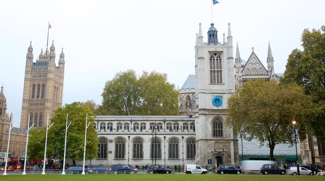 Parliament Square som viser kirke eller katedral og historisk arkitektur