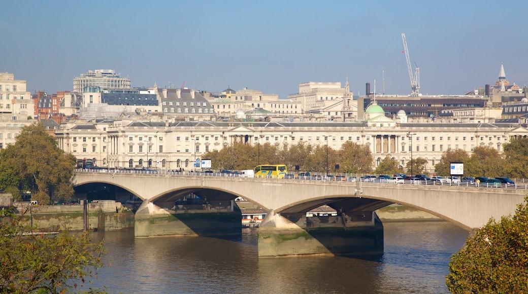 Waterloo Bridge mostrando uma ponte, um rio ou córrego e uma cidade