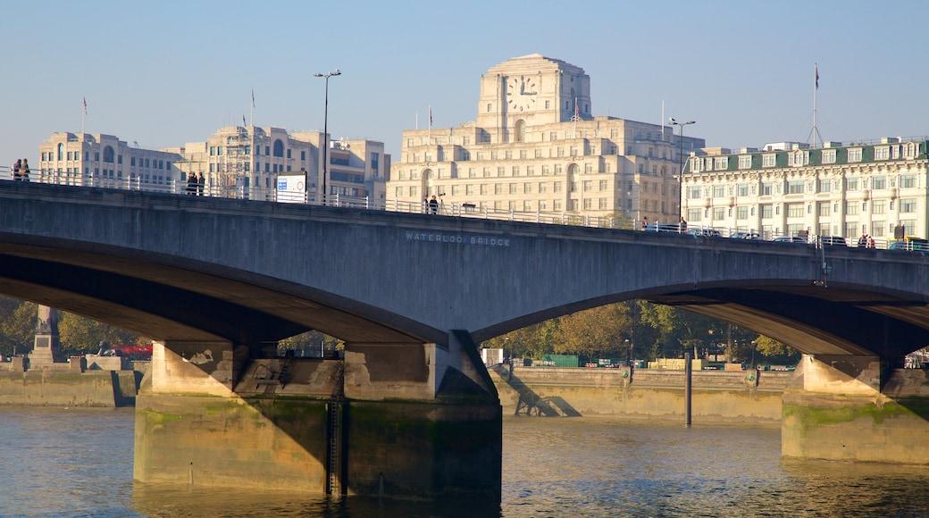 Waterloo Bridge caracterizando uma cidade, um rio ou córrego e uma ponte
