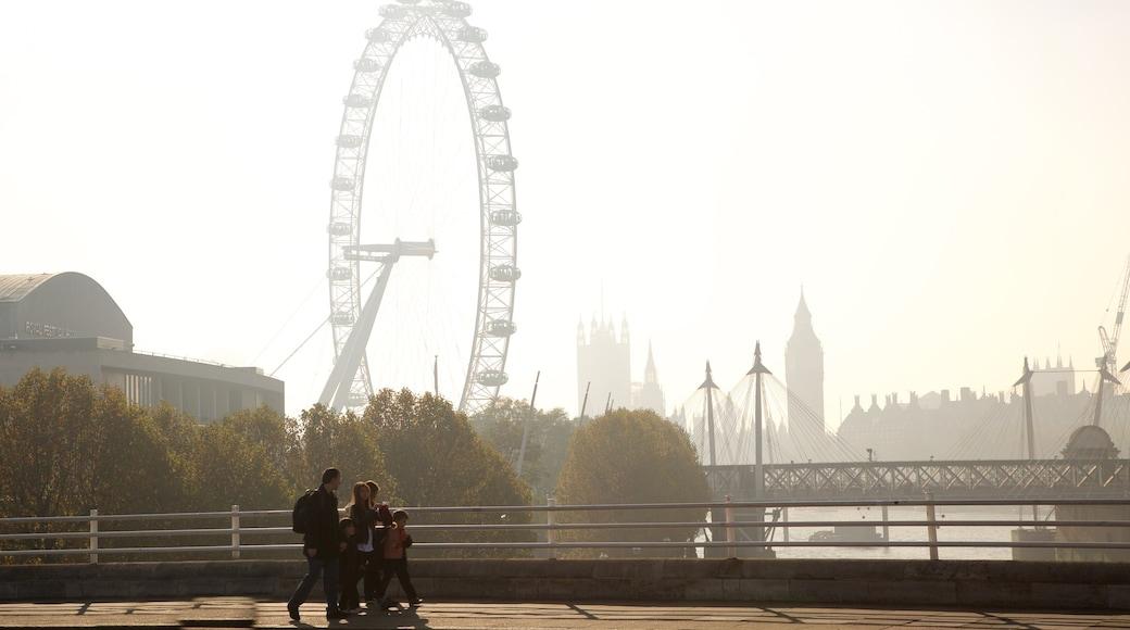 Waterloo Bridge mostrando uma cidade, passeios e neblina