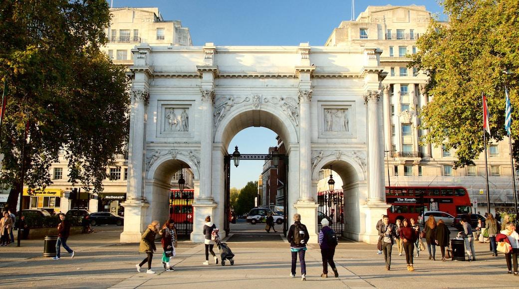 Marble Arch som visar ett torg, historisk arkitektur och ett monument